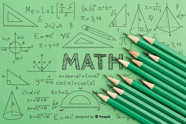 Geometría matemática y fórmulas con lápices verdes.