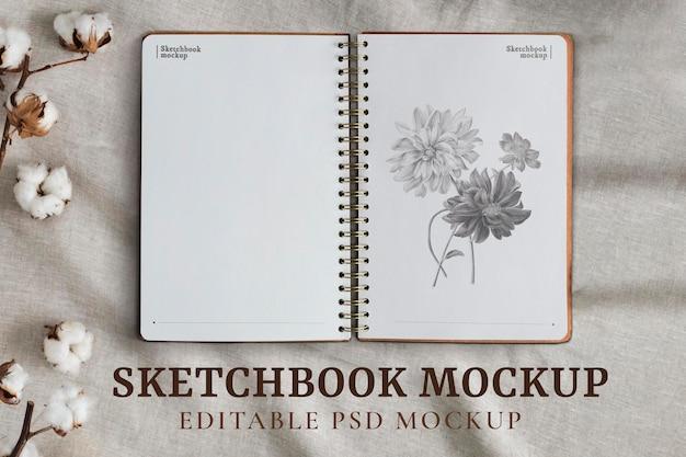 Geopend schetsboekpagina's mockup psd op bloemenachtergrond