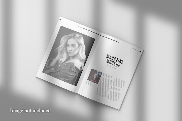 Geopend tijdschriftmodel met schaduw-overlay