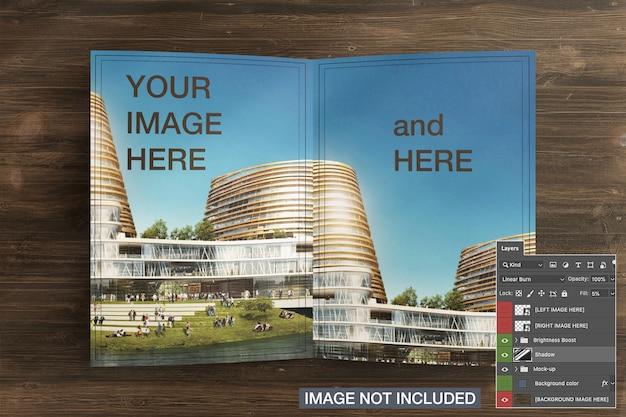 Geopende bi-fold flyer brochure cover mockup