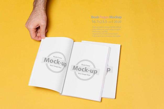 Geopende boekencatalogusmodel met blanco pagina's op gele achtergrond