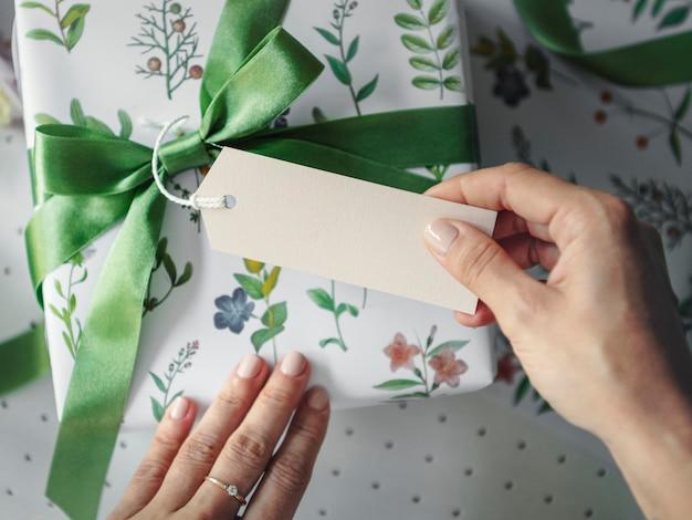 Geschenkdoos omwikkeld met papier met bloemenpatroon en een kaartmodel