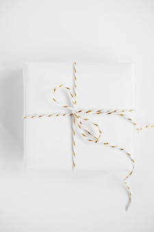 Geschenkdoos op een tafel met minimalistische mockup