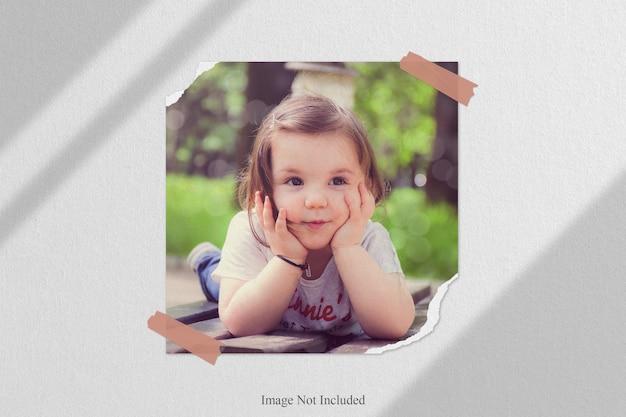 Gescheurd polaroid fotolijstmodel met schaduwoverlay