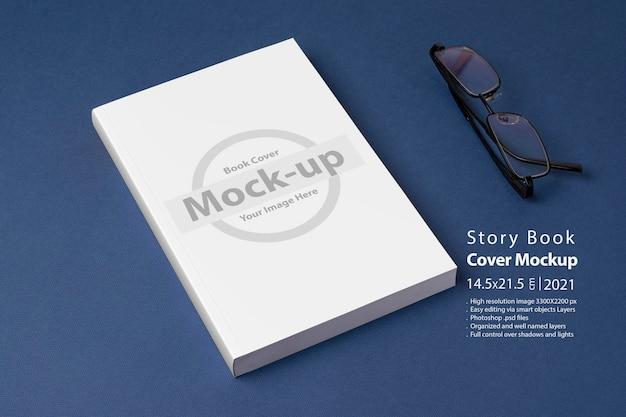 Gesloten romanboek met blanco omslag op blauwe achtergrond