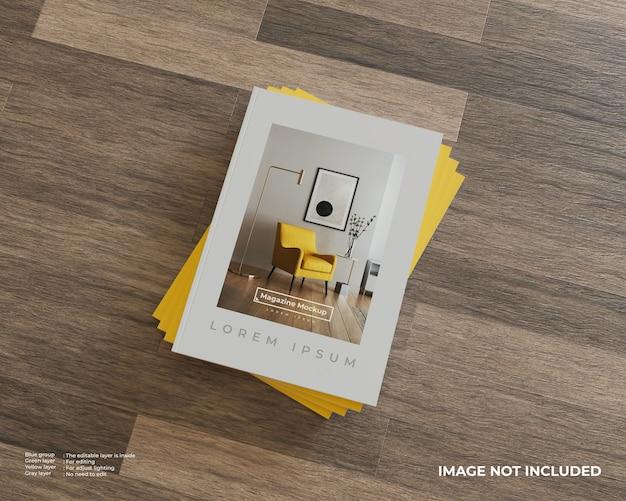 Gestapeld tijdschriftmodel op houten vloer. bovenaanzicht