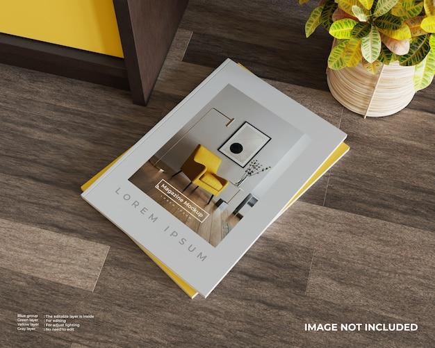 Gestapeld tijdschriftmodel op houten vloer met kast en plant. bovenaanzicht