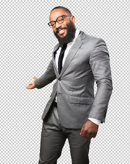 Gesto de bienvenida de hombre negro de negocios