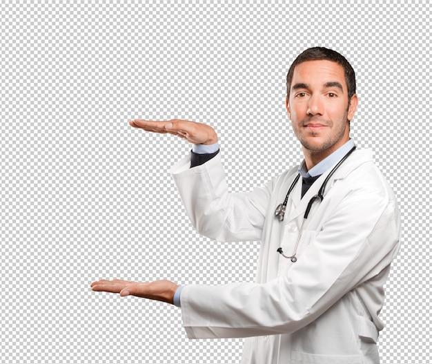 Gesto felice di manifestazione di medico contro fondo bianco