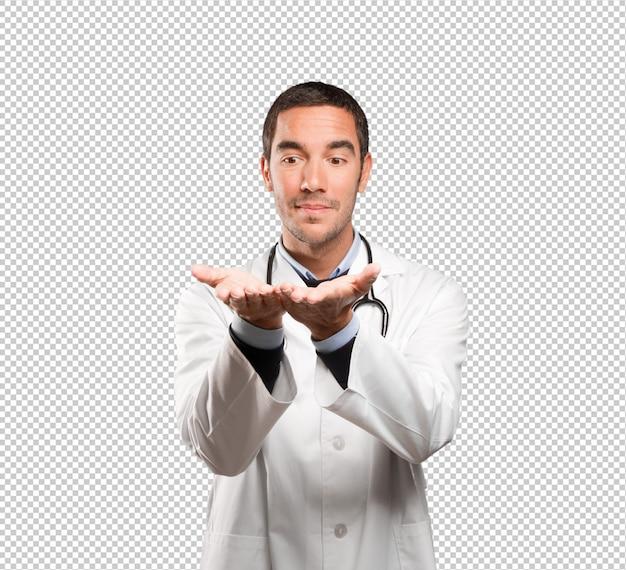 Gesto feliz de la demostración del doctor contra el fondo blanco