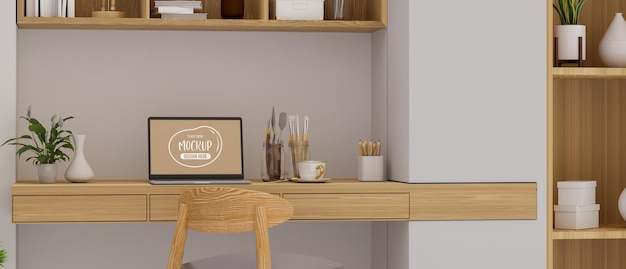 Gezellige thuiskantoorruimte met laptop-verfgereedschap op de boekenplank van het bureau en decoraties in de kamer