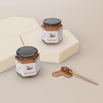 Gezonde honing in potten op tafel