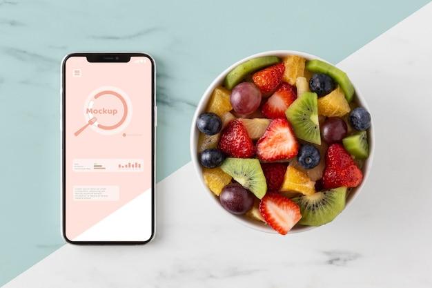Gezonde snack en smartphone arrangement Gratis Psd
