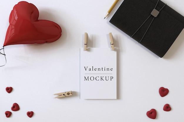 Giftcardmodel met samenstelling van valentijnobjecten