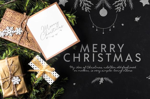 Giften voor kerstmis met kaart naast