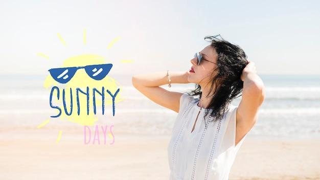 Giornata di sole ragazza sul modello di spiaggia