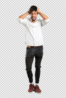 Giovane arabo con camicia bianca infelice e frustrato con qualcosa. espressione facciale negativa