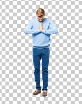 Giovane bionda che prega in maniera santa, accattonaggio