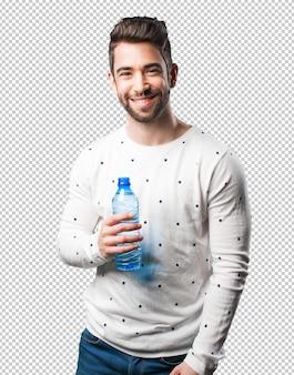 Giovane che tiene la bottiglia d'acqua