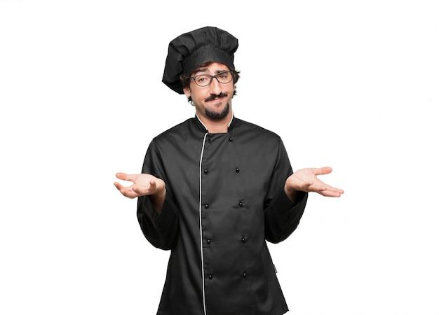 Giovane chef con uno sguardo interrogativo e confuso, dubitando tra le diverse scelte