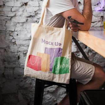 Giovane con il modello di borsa