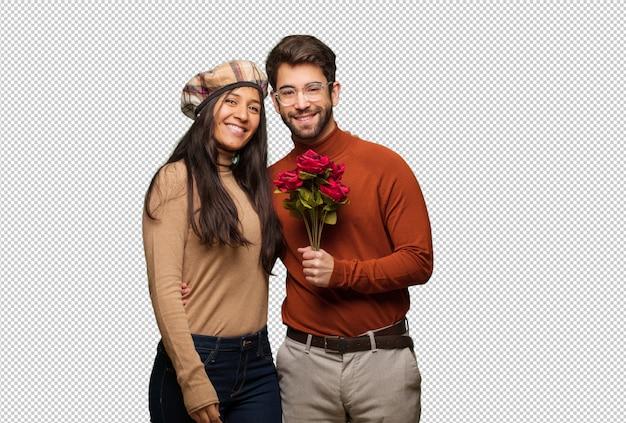 Giovane coppia in giorno di san valentino allegro con un grande sorriso