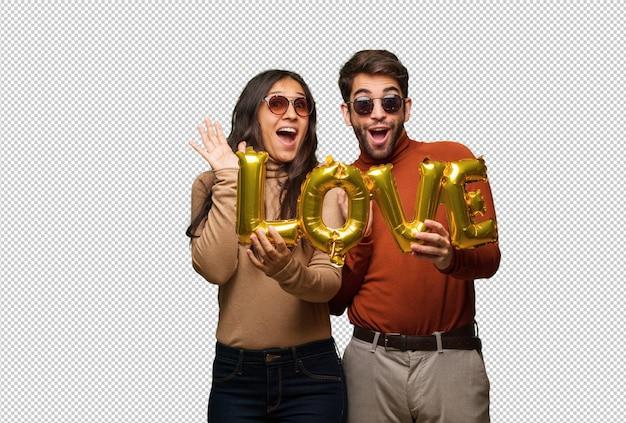 Giovane coppia in giorno di san valentino celebra una vittoria o successo