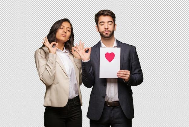 Giovane coppia in giorno di san valentino che esegue yoga