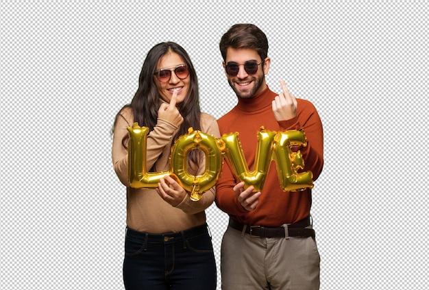 Giovane coppia in giorno di san valentino che invita a venire