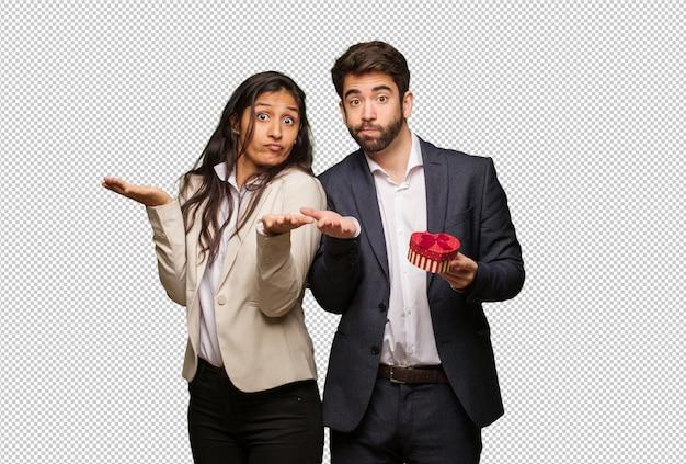 Giovane coppia in giorno di san valentino confuso e dubbioso