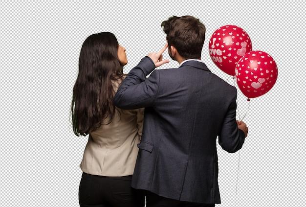 Giovane coppia in giorno di san valentino da dietro a pensare a qualcosa