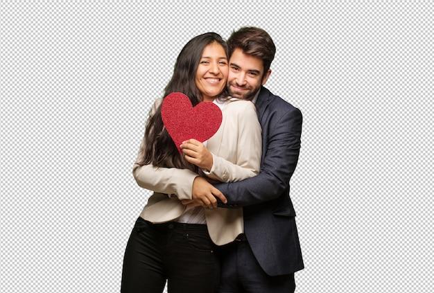 Giovane coppia in giorno di san valentino dando un abbraccio