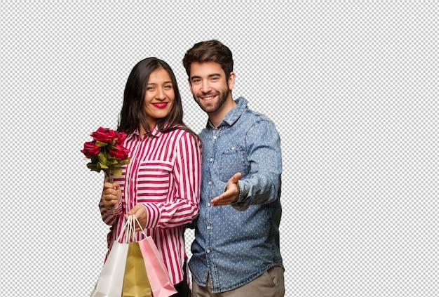 Giovane coppia in giorno di san valentino raggiungendo per salutare qualcuno