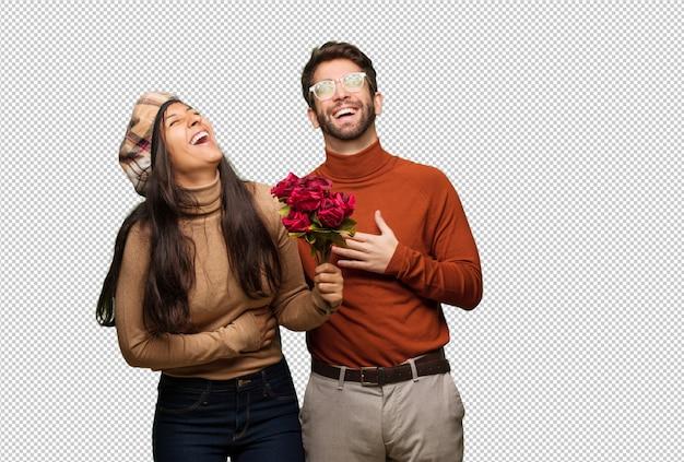Giovane coppia in giorno di san valentino ridere e divertirsi
