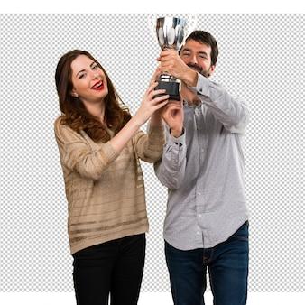 Giovane coppia in possesso di un trofeo