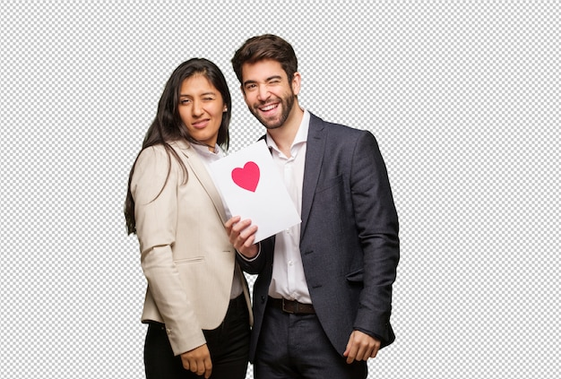 Giovane coppia in san valentino ammiccante, gesto divertente, amichevole e spensierata