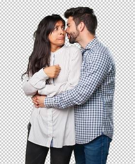 Giovane coppia sussurrando