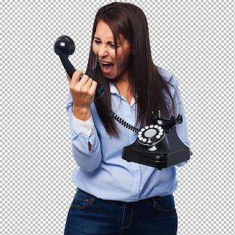Giovane donna arrabbiata con telefono