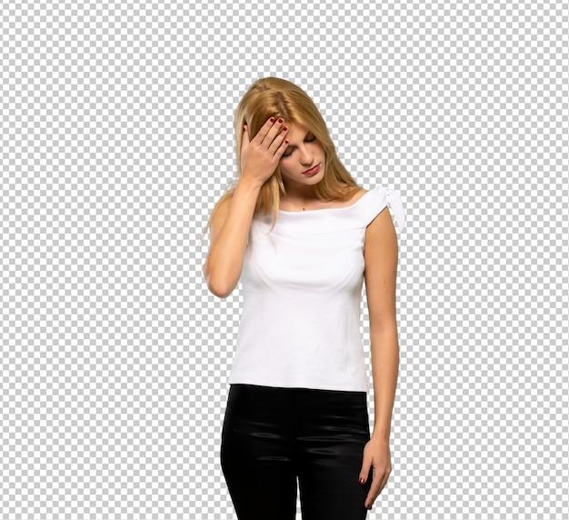 Giovane donna bionda con espressione stanca e malata