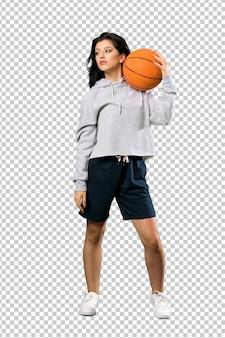 Giovane donna che gioca a basket