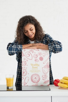 Giovane donna che produce succo fresco