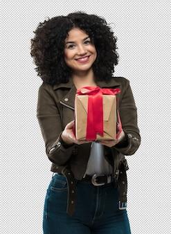 Giovane donna che tiene un regalo