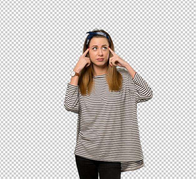Giovane donna con il foulard avendo dubbi e pensando