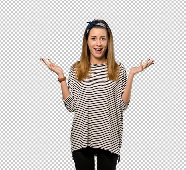 Giovane donna con il foulard con espressione facciale scioccata