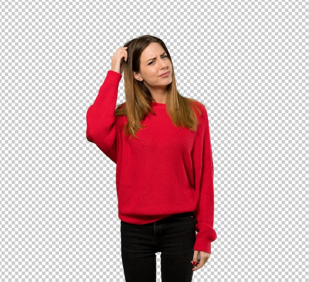 Giovane donna con il maglione rosso che ha dubbi mentre grattando la testa