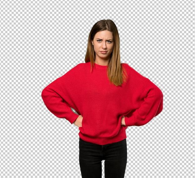 Giovane donna con maglione rosso arrabbiato