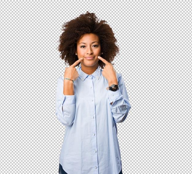 Giovane donna di colore che indica la sua bocca