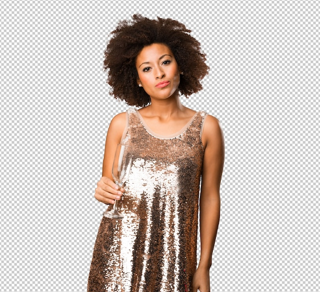 Giovane donna di colore che tiene un bicchiere da cocktail