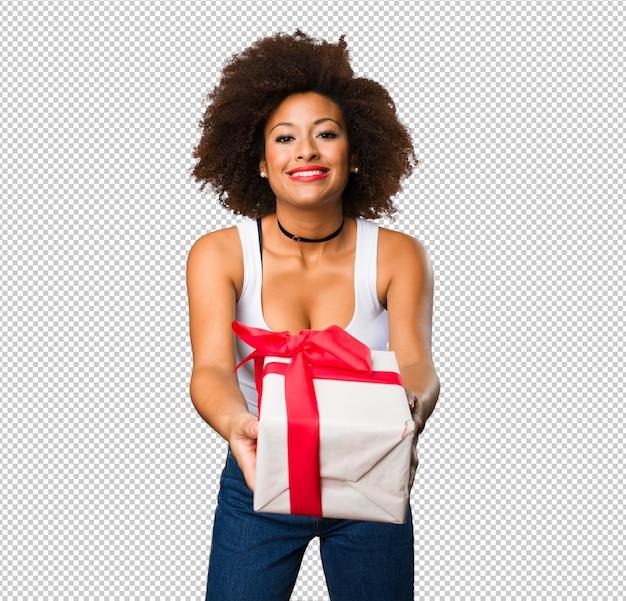 Giovane donna di colore che tiene un regalo