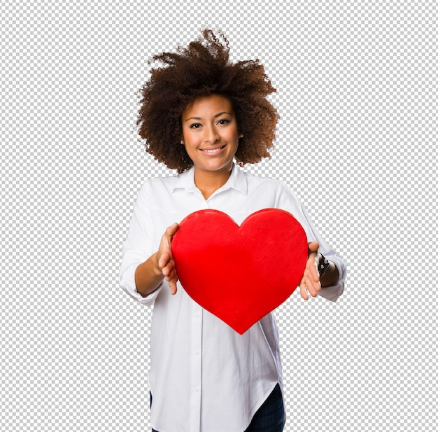 Giovane donna di colore che tiene una forma di cuore rosso